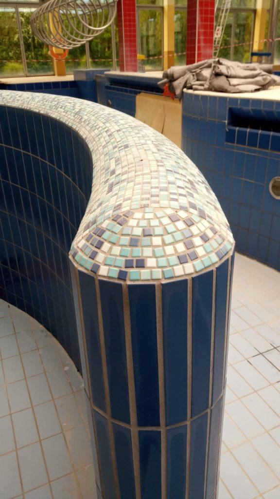 Mosaiksteinchen bilden den Abschluss obenauf