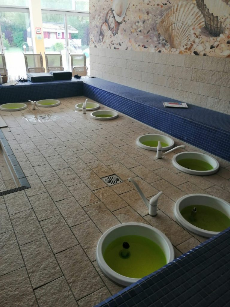 Die Fußbäder werden zuerst mit Wasser befüllt
