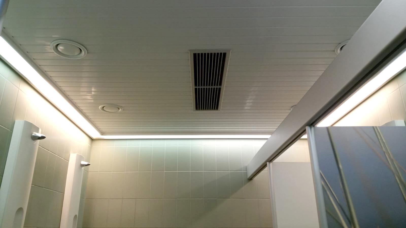 Der Austausch der Deckenpanelen in den Sanitärräumen im oberen Saunabereich, ist abgeschlossen