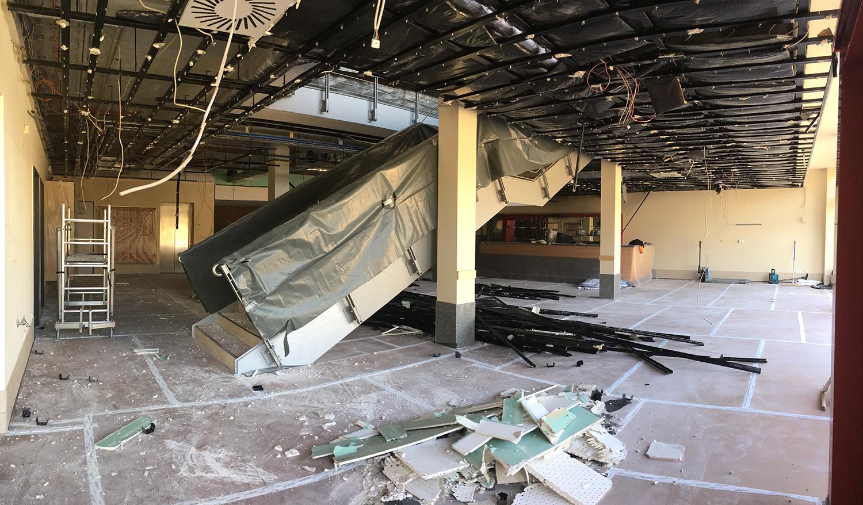 Die Platten der Akustikdecken wurden im Untergeschoss abgenommen und entsorgt