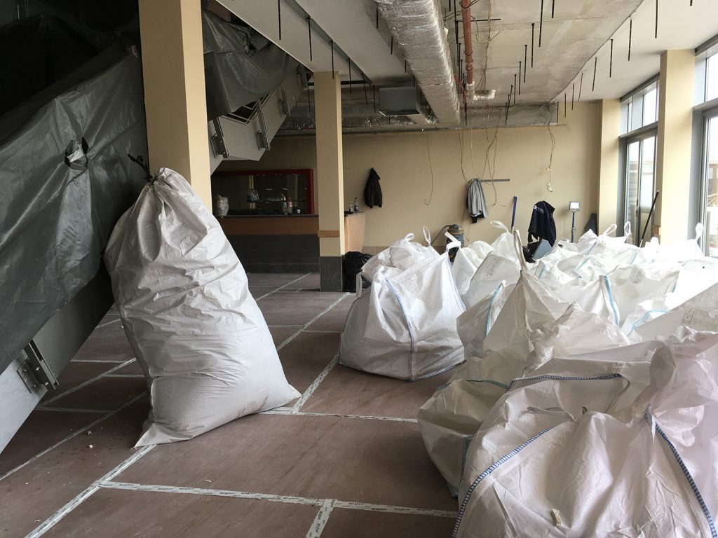 Bauschuttsäcke nach dem Abnehmen der Decken