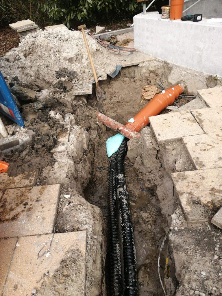 Anschluss der Leitungen an den Duschpavillon