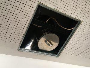Ruß an den Kabelläufen unter der Akustikdecke