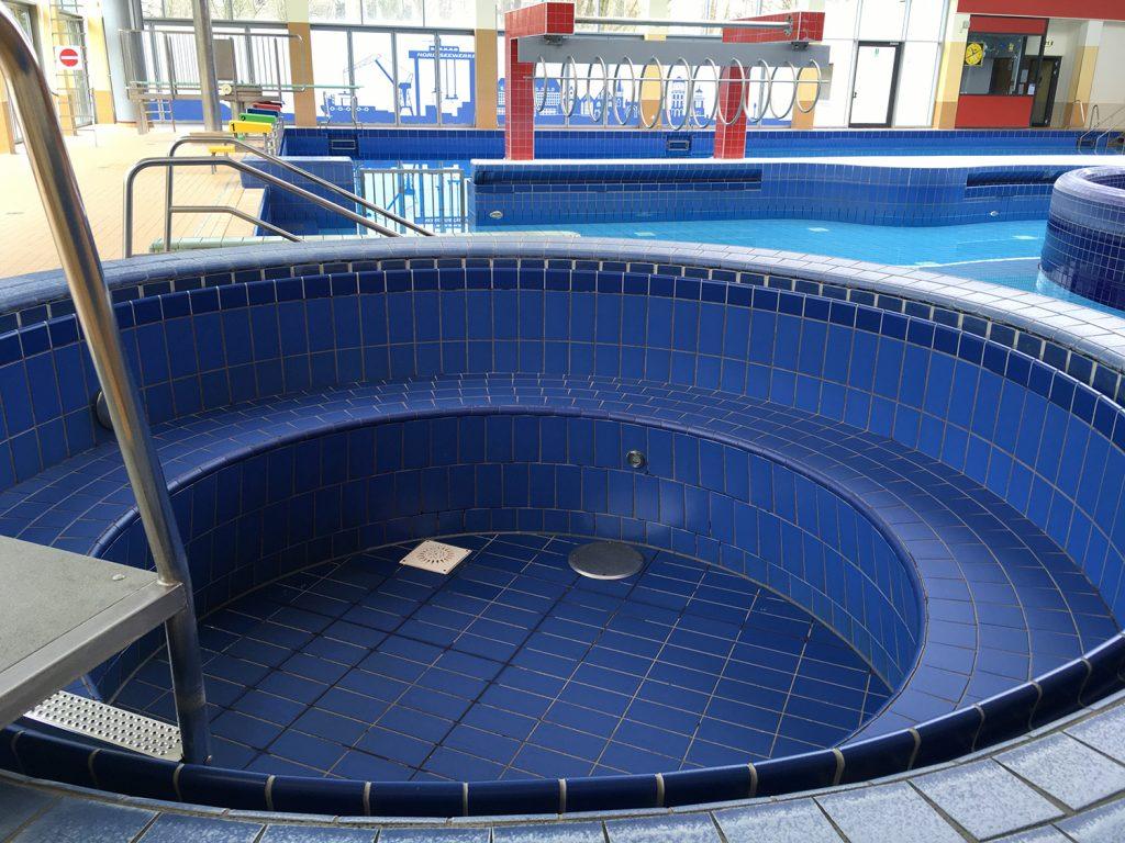 Das Wasser im Whirlpool ist bereits abgepumpt
