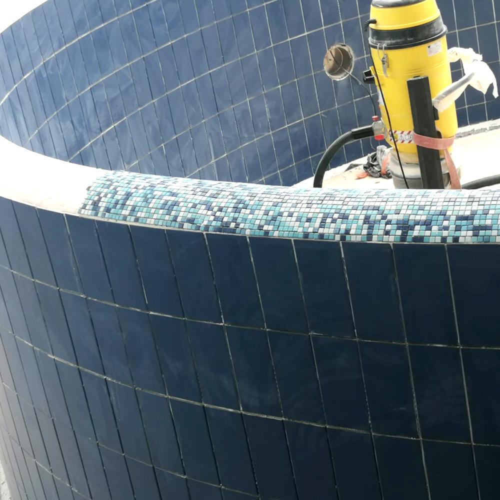 Obenauf bilden die feinen Mosaiksteinchen den Mauerabschluss