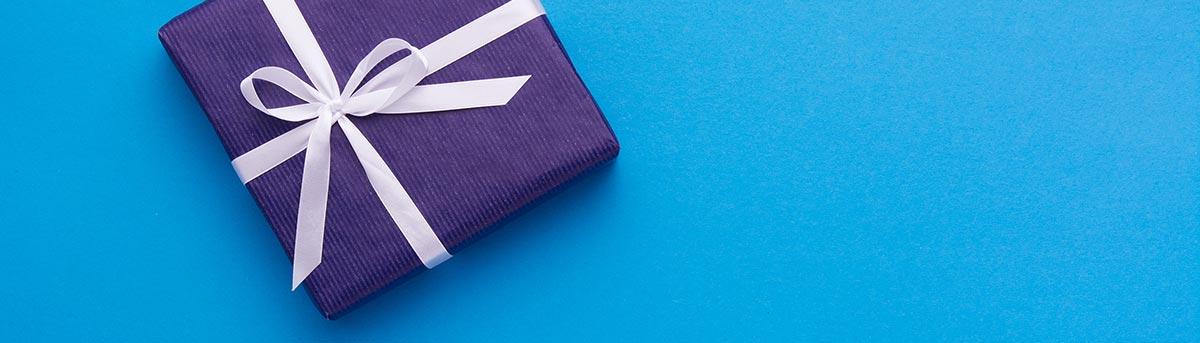 lila Geschenk auf blauem Hintergrund